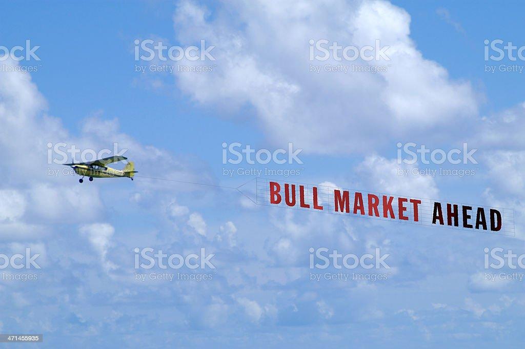 Avion REMORQUAGE une bannière contre le ciel bleu avec des nuages - Photo