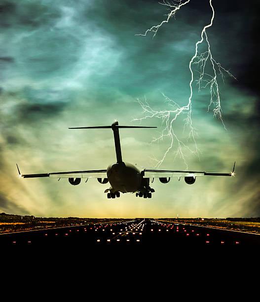 самолет идет на посадку в сумерках - lightning стоковые фото и изображения