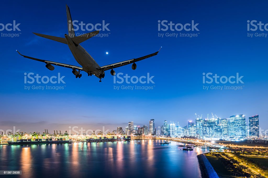 airplane landing in a night city - foto de stock