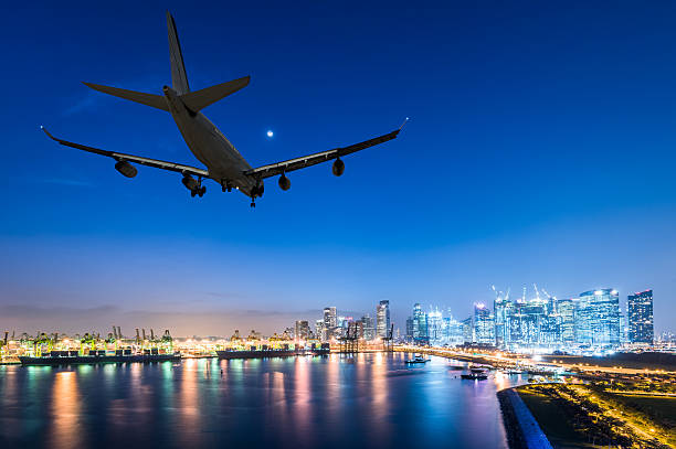 airplane landing in a night city – Foto