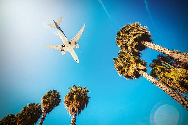 Avião pousando no Aeroporto de Los Angeles - foto de acervo