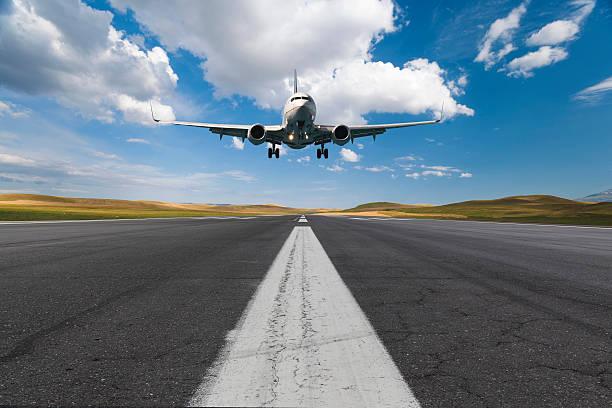 avión aterrizando en un día soleado - aterrizar fotografías e imágenes de stock