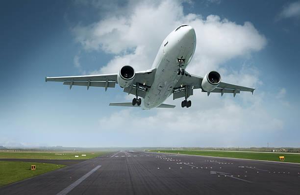 airplane landing - vliegveld stockfoto's en -beelden
