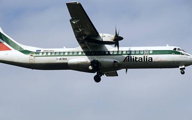 Avião pousando - foto de acervo