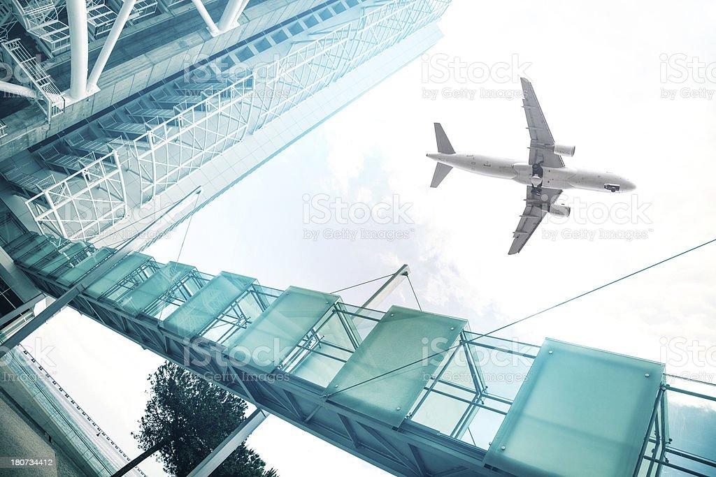 Avião pousando para o aeroporto - foto de acervo