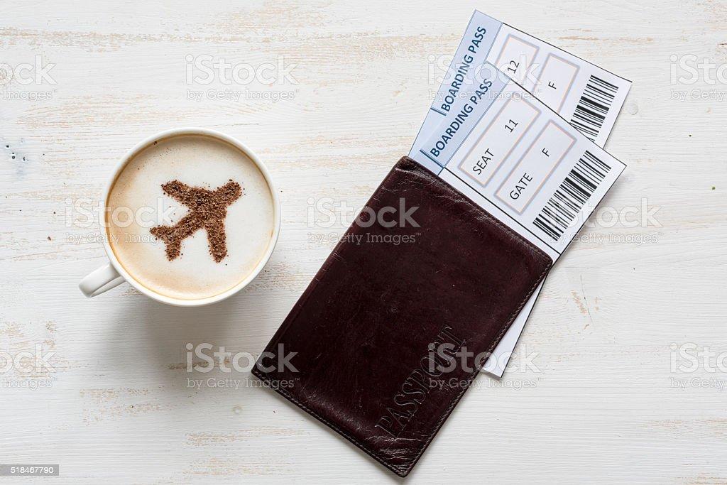 Avion fait de cannelle dans un cappuccino et cartes d'embarquement. - Photo