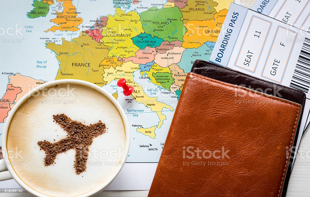 Avion fait de cannelle dans un cappuccino, un passeport et une carte de l'Europe - Photo