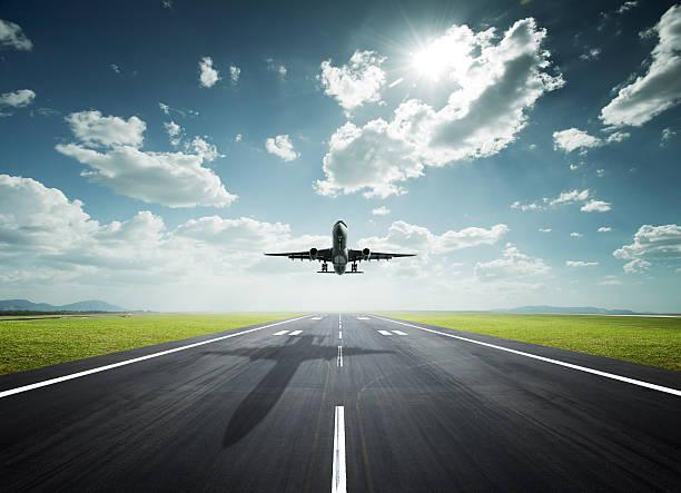 avión en un día soleado - aterrizar fotografías e imágenes de stock