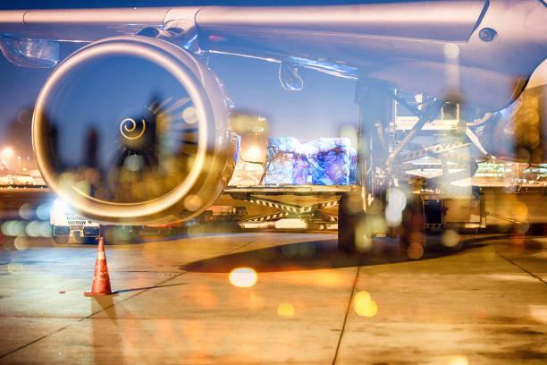 Flugzeug am Boden, Stadtbild mit Lichtern im Hintergrund – Foto