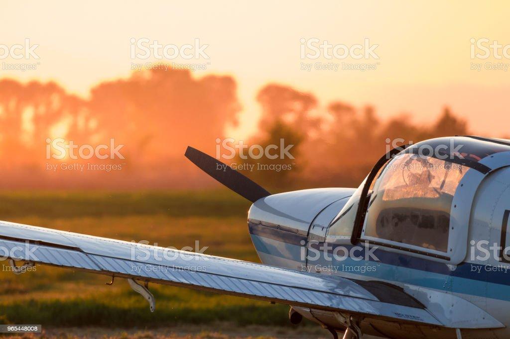 Avion sur la piste prêt à décoller sur coucher de soleil couleur crépuscule. Ciel en jaune orange et rouge dans la brume du soir. Concept pour la période estivale aventures et voyages vacances vacances idées loisir mode de vie - Photo de Activité de loisirs libre de droits