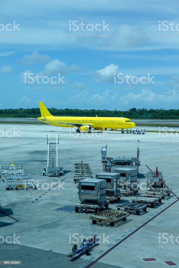 Flygplan på asfalt redo att ta bort - Royaltyfri Flyga Bildbanksbilder