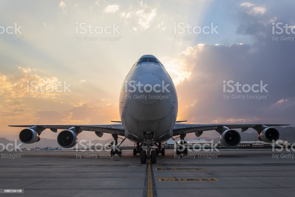 Airplane on taxiway at sunset - foto stock