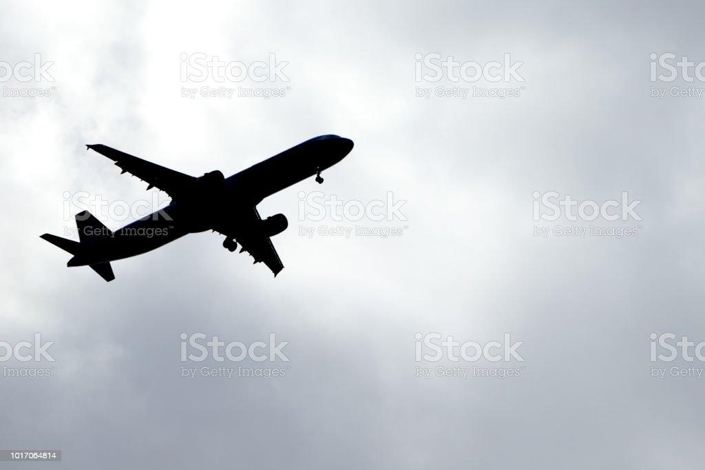 Flugzeug auf die Himmel-silhouette – Foto