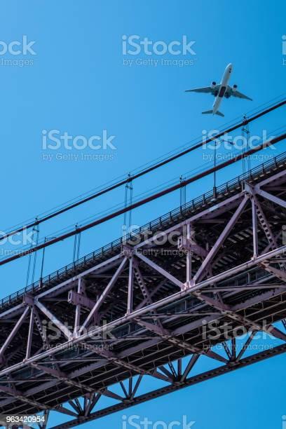 Samolot Nad Mostem 25 Kwietnia W Lizbonie - zdjęcia stockowe i więcej obrazów Fotografika