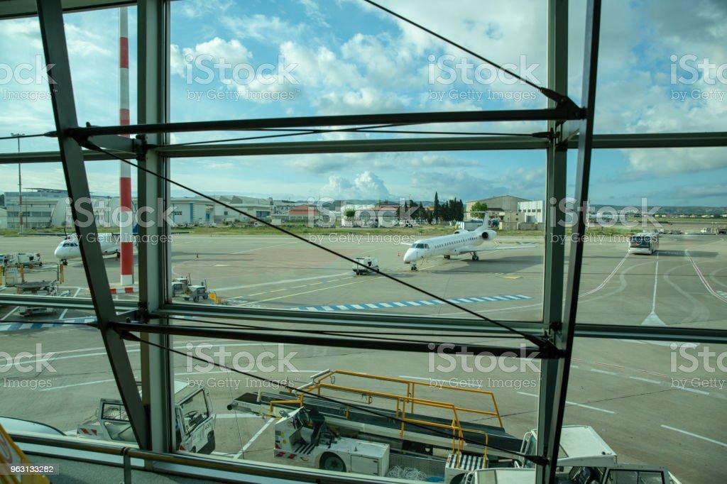 Flygplan som parkerade på flygplatsterminalen - Royaltyfri Ankomst Bildbanksbilder