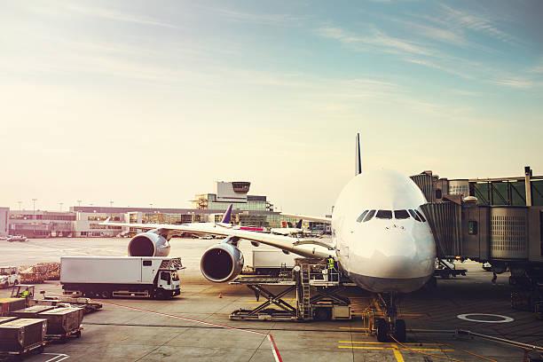 airplane preparing to load on tarmac - luchthaven frankfurt am main stockfoto's en -beelden