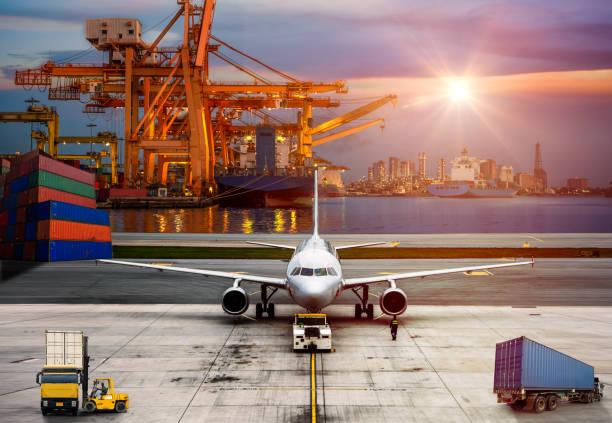 Avião de transporte entrega transferência com logística e transporte de navio de carga do recipiente e o avião de carga - foto de acervo