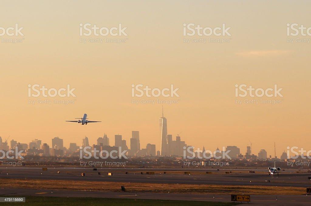 Avión de despegue con vista a la ciudad de Nueva York - foto de stock