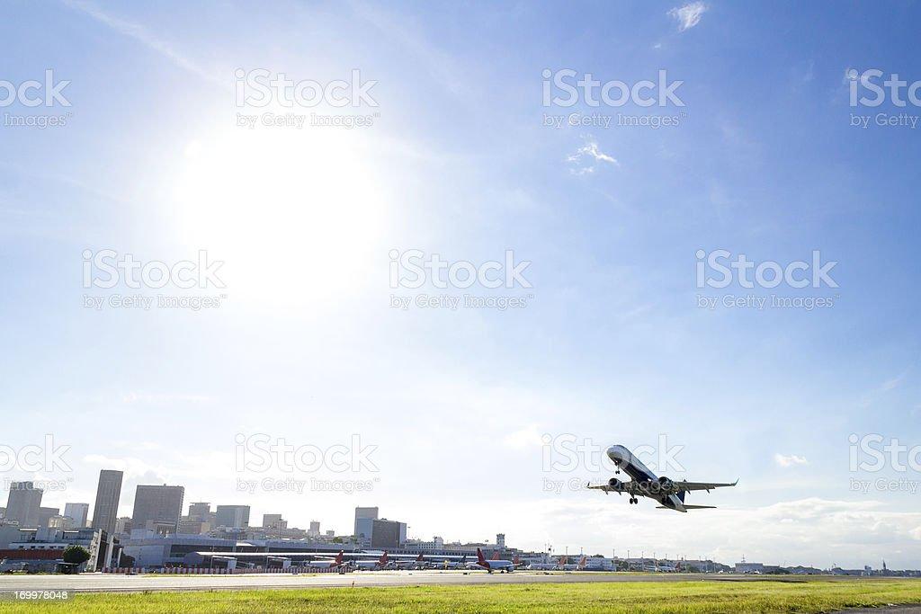 Avião de decolagem no Rio de Janeiro - foto de acervo