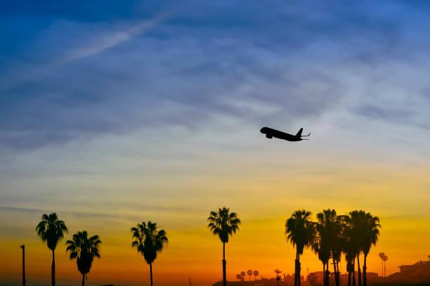 Avião decolando ao longo da costa da Califórnia - foto de acervo