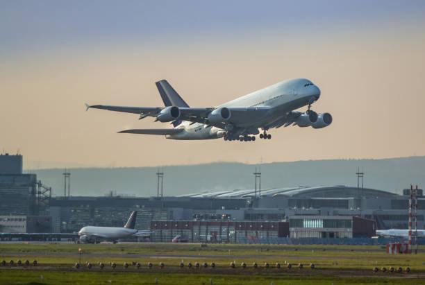 vliegtuig opstijgen - luchthaven frankfurt am main stockfoto's en -beelden