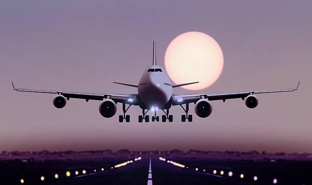 avión aterrice durante la puesta del sol - aterrizar fotografías e imágenes de stock