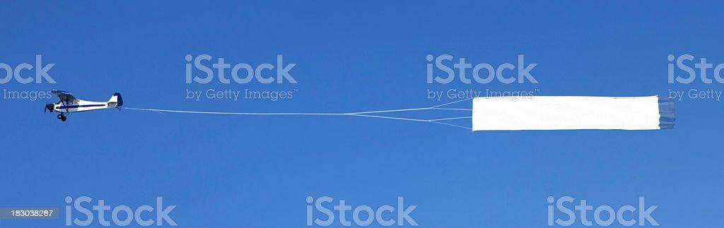 Avião com um banner em branco Reboque - fotografia de stock