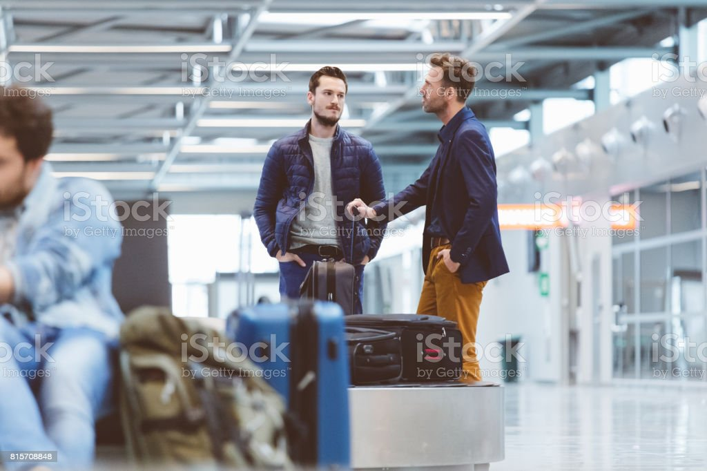 Flugzeug-Reisende warten auf Gepäck Förderband Lizenzfreies stock-foto
