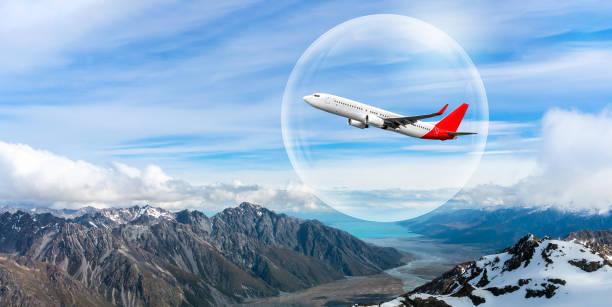 관광 및 호텔 산업을 되살리기 위해 국제 여행 버블 프로젝트를 대표하는 버블로 여행하는 비행기 - 태즈먼 해 뉴스 사진 이미지