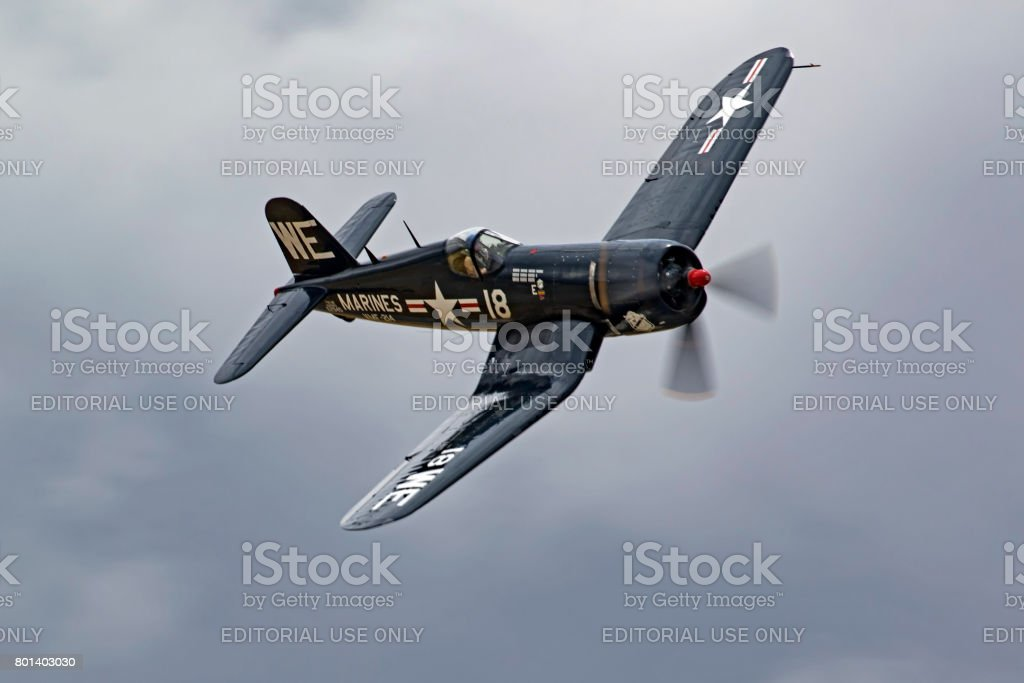 Airplane vintage WWII F4-U Corsair flying at the air show - foto stock