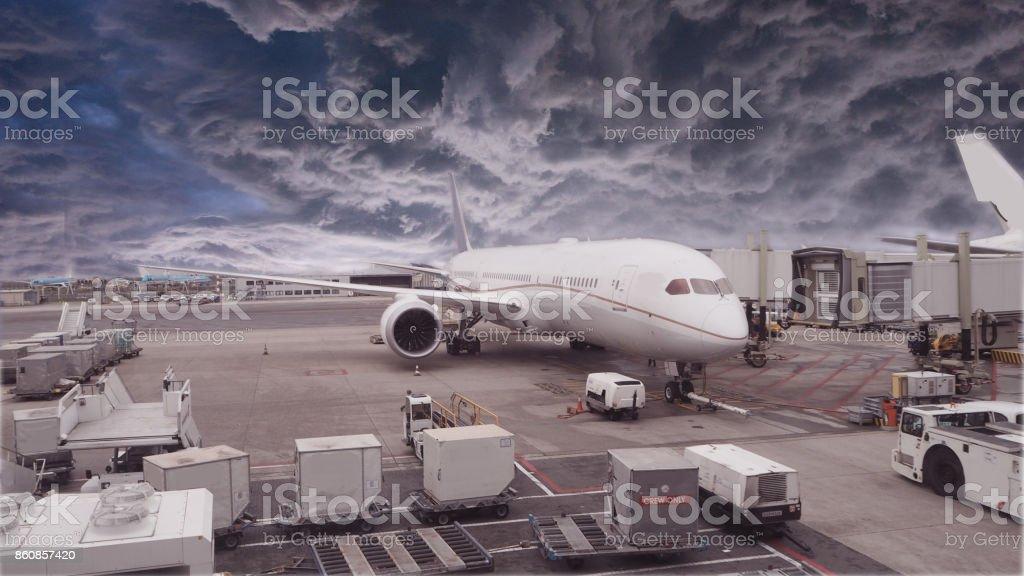 Avion en attente pour un vol dans un temps orageux - Photo