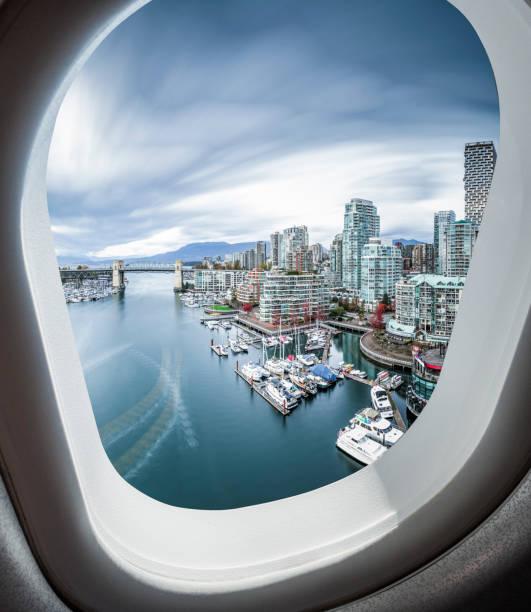 Blick auf den False Creek, Vancouver, im Fenster des Flugzeugs – Foto