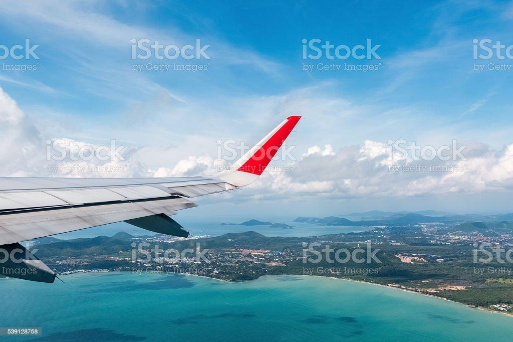 Flugzeug Flügel vor der Küste – Foto