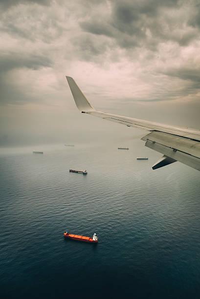 Ala de avión y barcos - foto de stock