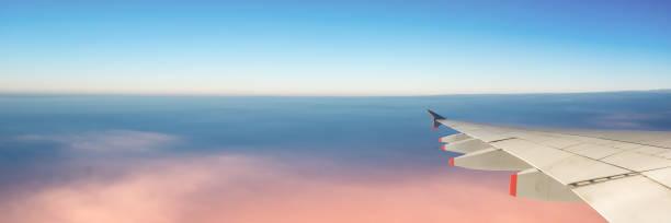 flugzeugflügel und himmel mit kopierraum, panorama-webbanner, reisekonzept - flugzeugperspektive stock-fotos und bilder
