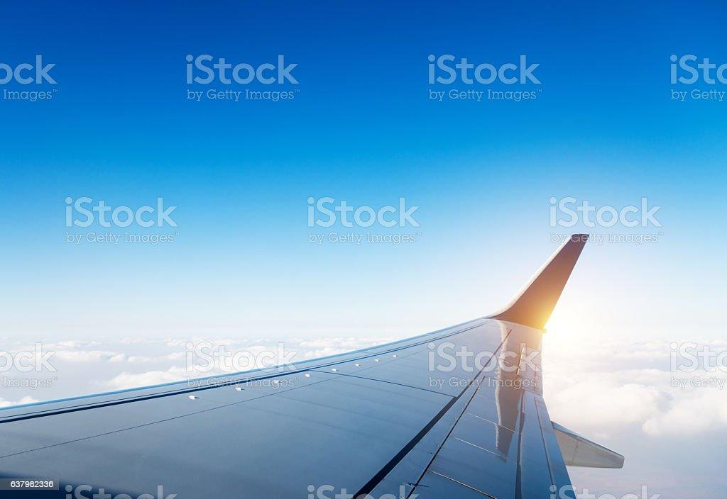 Flugzeug Flügel im Flug über den Wolken – Foto