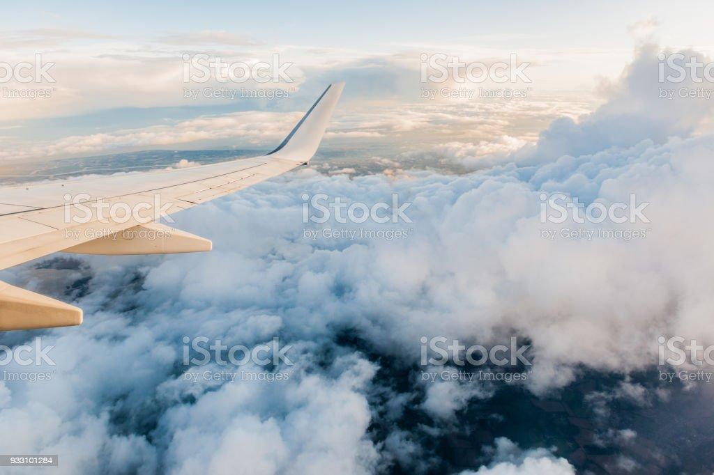 Flugzeugflügel während des Fluges vom Fenster, bewölkter Himmel – Foto
