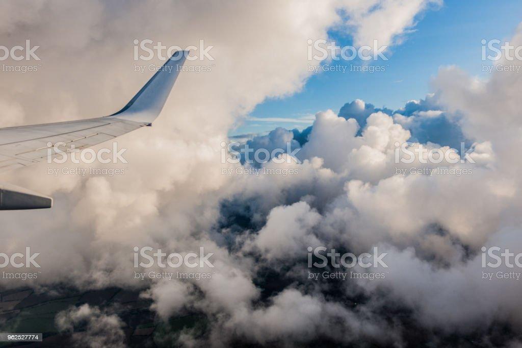Asa de avião em voo de janela, céu nublado - Foto de stock de 2017 royalty-free