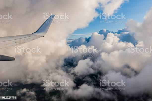 Foto de Asa De Avião Em Voo De Janela Céu Nublado e mais fotos de stock de 2017