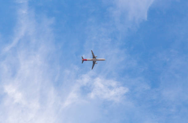 Flugzeug mit blauem Himmel. Niedrigen Winkel gedreht – Foto