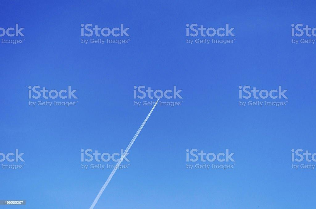 Flugzeug mit Kondensstreifen am Himmel stock photo