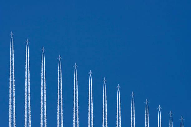 avions volant dans le ciel bleu, graphique image - imploser photos et images de collection
