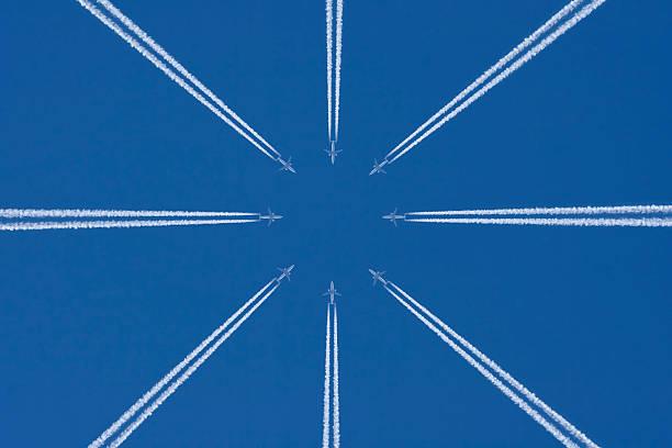 avion dans le ciel bleu avec trainée d'avion, trafic aérien - imploser photos et images de collection