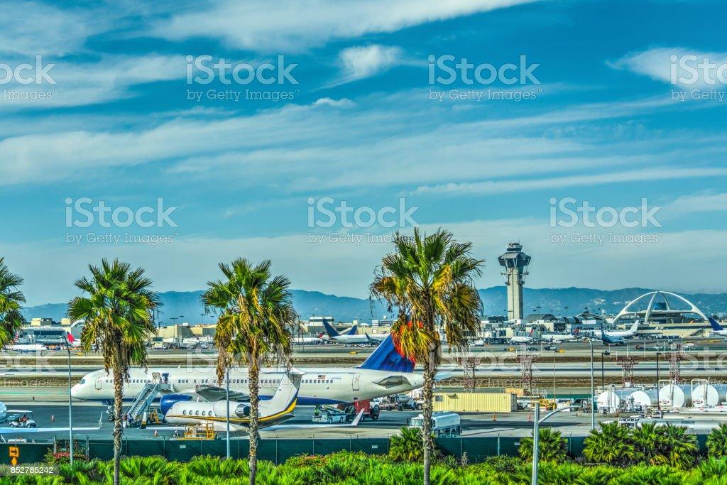 Aviões no avental do Aeroporto Internacional de Los Angeles - foto de acervo