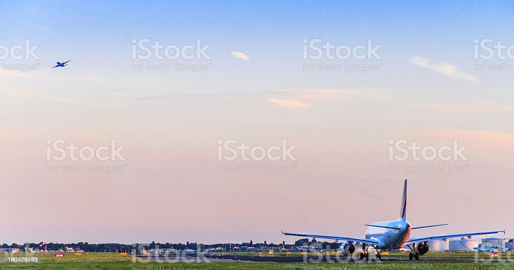 Airplanes taking off at sunset - Royalty-free Apparatuur Stockfoto