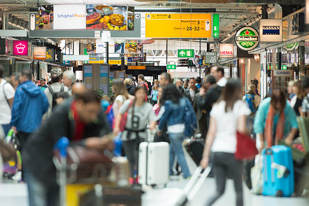 airport crowds in europe - schiphol stockfoto's en -beelden