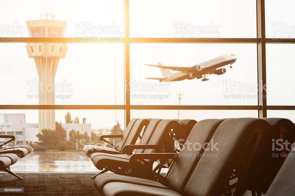 Aeropuerto, Torre de control de salida con y pasajeros en backgro - foto de stock
