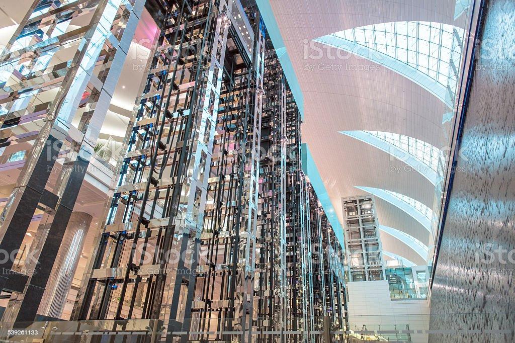 Ascensor Del Aeropuerto De Dubai - Fotografía de stock y más ...