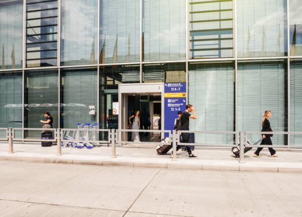 luchthaven ingang met mensen - luchthaven frankfurt am main stockfoto's en -beelden