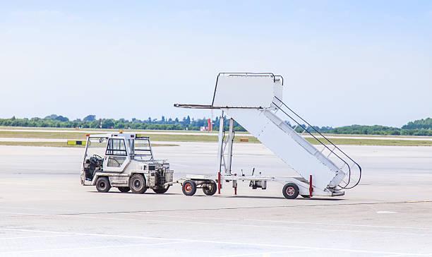 airport ground support equipment - airport pickup stockfoto's en -beelden